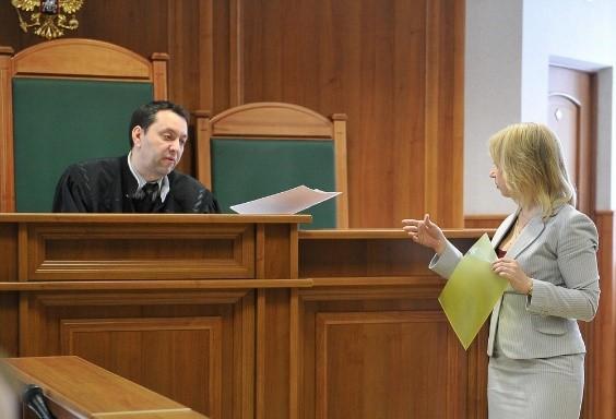 В суде нужно себя вести сдержанно